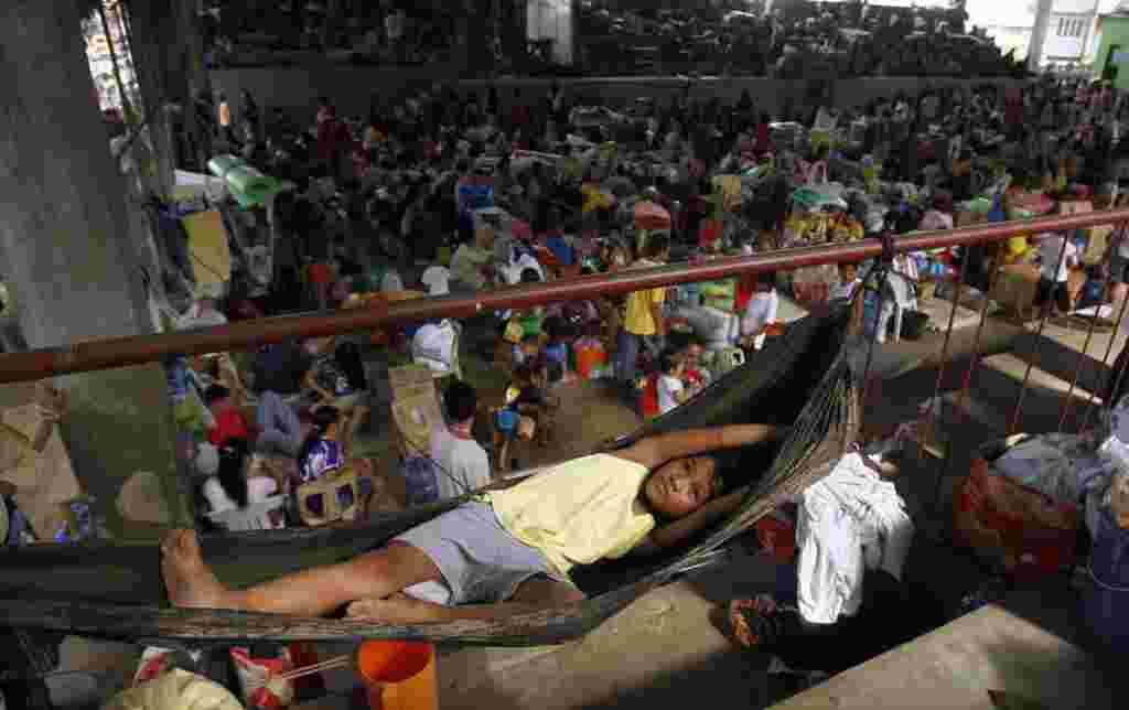 En Typhoon Washi, al sur de las Filipinas, 1.000 personas pierden su vivienda y son refugiados en un centro de evacuación.
