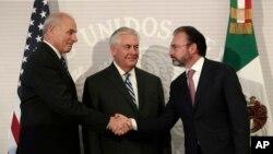 De izquierda a derecha: John Kelly secretario de Seguridad Nacional de EE.UU.; Rex Tillerson secretario de Defensa de EE.UU.; Luis Videgaray, secretario de Relaciones Exteriores de México. México, febrero 23, 2017.