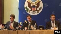 آنتونی بلینکن معاون وزیر خارجه آمریکا (نفر وسط) از گزارش هایی درباره جلوگیری از ارسال کمک های پزشکی به مناطق تحت محاصره سوریه ابزار نگرانی کرد.