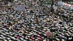 埃及活動人士星期五在開羅的解放廣場舉行大規模抗議活動