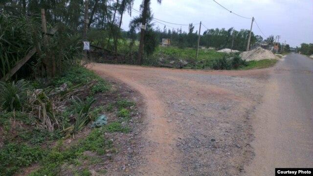 Bên phải là tỉnh lộ 64, cách bờ biển khoảng 1km, nối Cửa Việt với thị xã Quảng Trị; bên trái là đường đất đỏ dẫn xuống biển (đây là ranh giới phân chia đất canh tác của làng Phú Hội và làng Hà Tây, xã Triệu An).