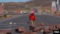 Los indígenas bolivianos bloquearon una carretera importante que conduce a Argentina y amenazaron con más acciones de este tipo si el presidente Evo Morales no se reune con ellos.