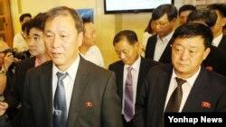 북한 대표단이 21일 인천시에서 열린 '2014인천아시아경기대회 조추첨식'에 참석한 후 추첨이 끝나자 행사장을 나서고 있다