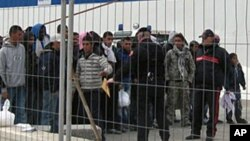 Des immigrants tunisiens arrivent en Italie, Lampedusa, 11 février 2011.