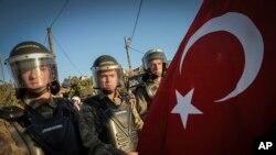 Petugas polisi paramiliter Turki dikerahkan untuk memperketat pengamanan di sekitar kompleks penjara Silivri di Silivri, Turki (5/8). Pengadilan Turki telah menjatuhkan hukuman penjara hingga 20 tahun kepada sebagian terdakwa dan membebaskan 21 lainnya terkait konspirasi penggulingan pemerintahan PM Erdogan.