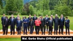 8일 주요 7개국 정상회의에 참석한 각 국 정상들이 기념사진 촬영을 하고 있다.