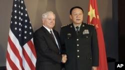 盖茨和梁光烈2010年10月在越南。他们1月将在北京重逢。