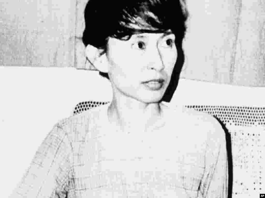 昂山素季1988年成为全国民主联盟领导人,第二年当局以威胁国家罪名而把她拘留。路透社