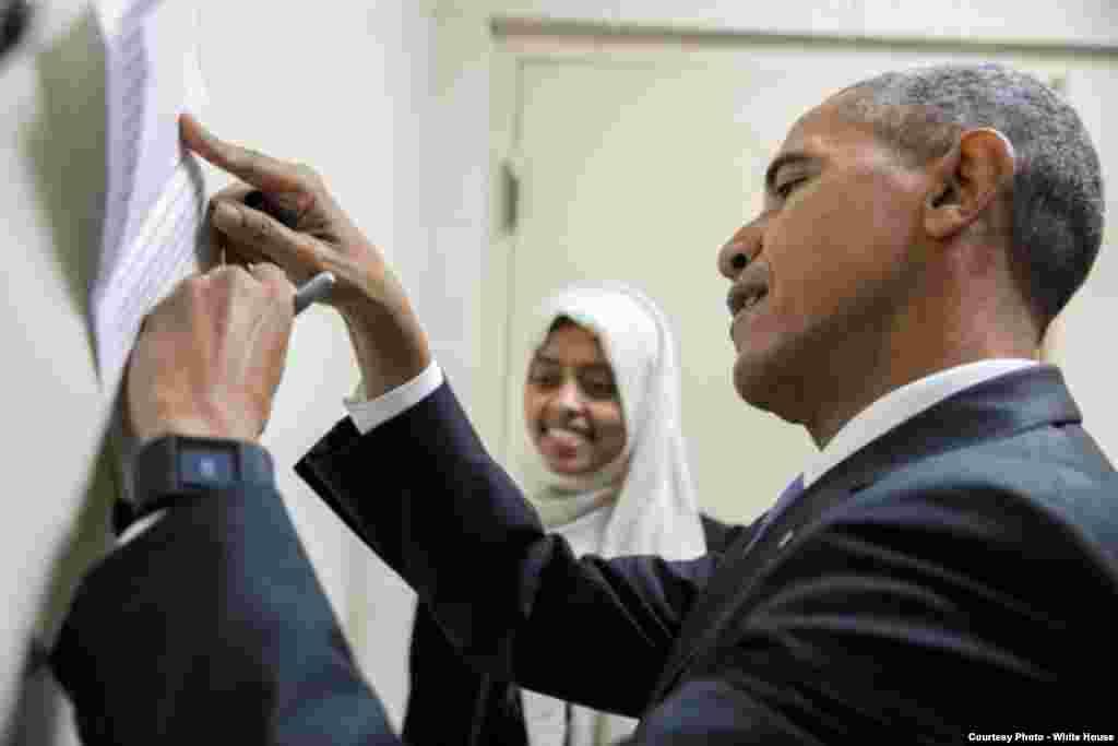 اوباما بالٹی مور کے الرحمہٰ اسکول میں اپنے تاثرات قلم بند کر رہے ہیں۔