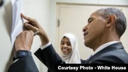 Madaxweyne Obama oo saxiixaya warqaddii Sabax ay ku qoratay ereyadii ay isaga kusoo dhoweysay.