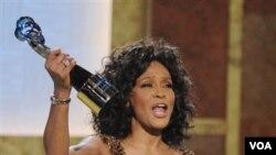 Whitney Houston menerima penghargaan dari Warner Theatre di BET Hip Hop, Washington, 16 Januari 2010 (Foto: dok). Whitney meninggal dunia di usianya yang ke 48.
