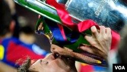 Messi besó la copa europea, marcó un gol y fue nombrado por la UEFA como el mejor jugador de la final.