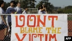"""Американские школьницы выступают в защиту изнасилованной девушки. На плакате надпись, которую можно перевести, как """"Не считайте жертву виновницей преступления""""."""
