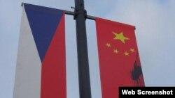 những kẻ phá hoại chưa rõ danh tính đã dùng sơn đen để bôi lên các lá quốc kỳ Trung Quốc do Phòng Hợp tác Hỗn hợp Trung – Séc treo lên.
