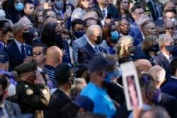 ប្រធានាធិបតីសហរដ្ឋអាមេរិកលោក Joe Biden និងភរិយា គឺអ្នកស្រី Jill Biden អតីតប្រធានាធិបតីលោក Barack Obama និងភរិយា គឺអ្នកស្រី Michelle Obama និងអ្នកផ្សេងទៀតចូលរួមពិធីរំឭកខួប២០ឆ្នាំនៃការវាយប្រហារភេរវកម្មថ្ងៃទី១១ ខែកញ្ញា ឆ្នាំ២០០១ នៅទីក្រុងញូវយ៉ក នៅថ្ងៃទី១១ ខែកញ្ញា ឆ្នាំ២០២១។