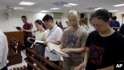 2019年7月7日秋雨教会的廖強(右二)在台北一所教堂里做礼拜。