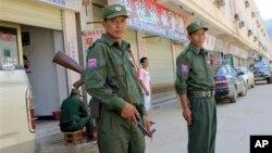 중국과 미얀마 접경지역인 코캉 지역에서 코캉 지역 군인들이 경계근무를 서고 있다. (자료사진)