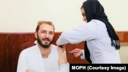په افغانستان کې د کرونا ویروس ضد واکسین لګولو بهیر د روانې کب میاشتې پر پنځمه پيل شو