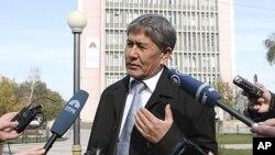 吉爾吉斯斯坦總理阿坦巴耶夫星期一在首都接受記者採訪
