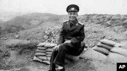 Tướng Võ Nguyên Giáp tại Điện Biên Phủ. (hình chụp ngày 4/5/1984).