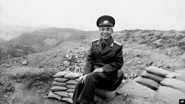 Đại tướng Võ Nguyên Giáp ngồi trên đồi A1 ở Điện Biên Phủ (ảnh chụp tháng 5, 1984).