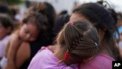 Miles de padres han llegado con sus hijos de brazos hasta la frontera de Estados Unidos esperanzados que les den asilo.