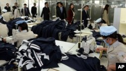 30일 한국 국회의원들이 개성공단을 현지 시찰하는 가운데, 개성공단 북한 노동자들이 작업에 열중하고 있다.