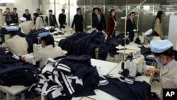 한국 국회의원들이 개성공단을 시찰한 지난 30일, 공단 내 북한 노동자들이 작업 중이다.