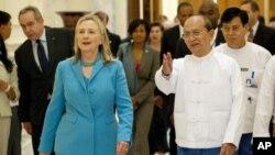 """Бурманскиот претседател ја поздрави """"историската"""" посета на Клинтон"""