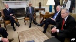 Predsednik Barak Obama sa potpredsednikom Džozefom Bajdenom (levo), Mičom Mekonelom i Čakom Greslijem u Beloj kući, 1. mart 2016.