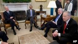 美国总统奥巴马、副总统拜登、参议员多数党领袖麦康奈尔、参议院司法委员会主席格莱斯利在总统办公室(2016年3月1日)