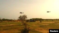 Deux hélicoptères français volent au-dessus de la localité de Gossi au Mali, le 24 juillet 2014.