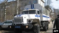 Полицейская машина у избирательного участка