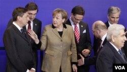 Kanselir Jerman, Angela Merkel (tengah) berbicara dengan Perdana Menteri Slovenia Borut Pahor (kiri) di Brussels (30/1).