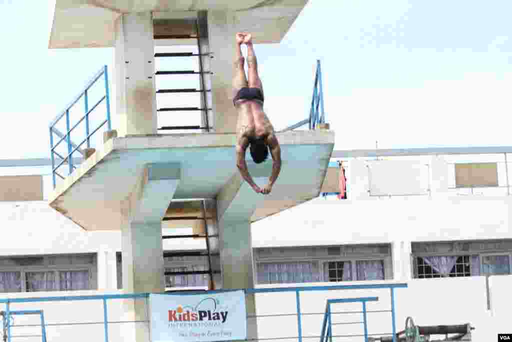 Seventeen-year-old Jordan Pisey Windle, a Cambodian-born U.S. diving champion, dives into the the pool of his homeland, Phnom Penh, Cambodia, May 12, 2016. (Hean Socheata/VOA Khmer)