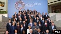 Los gobernadores del Fondo Monetario Internacional reunidos en Washington, posan para la tradicional foto del familia.