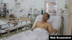 Ngư dân bị thương Nguyễn Hùng Cường trong bệnh viện tỉnh Kiên Giang. (Ảnh chụp từ trang web của báo Thanh Niên online).