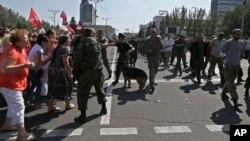 Proruski separatisti teraju Ukrajince, ratne zarobljenike da marširaju ulicama Donjecka, 24. avgust 2014.