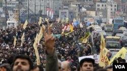 Para demonstran di Istanbul melakukan unjuk rasa memrotes larangan oleh Dewan Pemilu Turki (19/4).