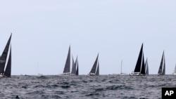2017年12月26日,参加悉尼至霍巴特帆船赛事的一些小型帆船进入开阔水域。