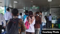 Antrean penumpang di Halte Kampung Rambutan Jakarta, Senin, 16 Maret 2020. (Foto: @PT_Transjakarta)