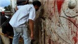 ماموران امنیتی پاکستان محل انفجار در کراچی را بررسی می کنند. ۳۰ اوت ۲۰۱۱