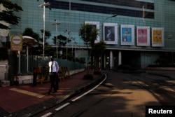 Seorang petugas keamanan berpatroli di sebuah mal yang tutup saat penerapan Pembatasan Sosial Berskala Besar (PSBB) untuk mencegah penyebaran wabah virus corona, di Jakarta, 11 April 2020. (Foto: Reuters)