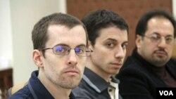 Dua warga AS, Shane Bauer (kiri) dan Josh Fatal saat menghadiri sidang di pengadilan Teheran (Februari 2011).