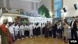 """前台湾第一夫人 周美青与""""云门舞集""""2013年访问莫斯科。"""