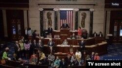 Kongre'de TV yayınları kesilse de C-SPAN kanalı yayınlarını Demokrat Partili eylemcilerin açtığı Periscope yayını üzerinden sürdürdü.