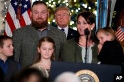 El presidente de EE.UU. Donald Trump con una de las familias invitadas a la Casa Blanca para destacar cómo el acuerdo de reforma impositiva alcanzado en el Congreso beneficiará a la clase media. Dic. 13, 2017.