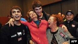 Лиза Мурковски (в центре) в окружении своих близких празднует предварительные результаты выборов в Конгресс США. Анкоридж, Аляска. Ноябрь 2010г.