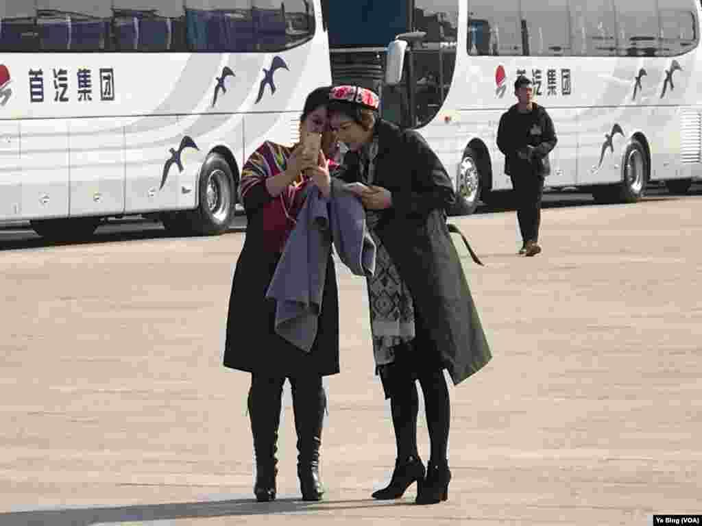 新疆代表团成员合影 (叶兵,艾伦拍摄)