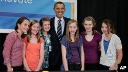 오리건주를 방문한 버락 오바마 대통령이 힐스보로의 인텔사를 방문해 인텔 과학재능찾기 경연대회 최종 결승에 오른 학생들을 만나 그들의 작품에 대해 설명을 듣고 기념촬영을 하고있다.